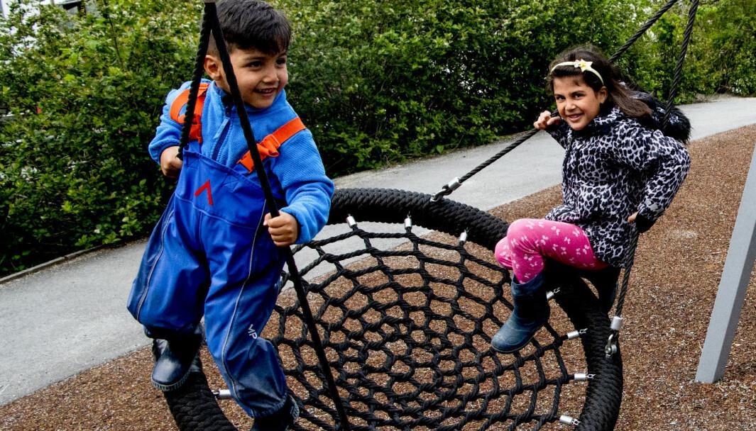Foreldrene til barna som Yamen Almasri (4) og Rimas Yakya Oko (6) er ikke vant til at barna er ute i all slags vær, men får kunnskap om at det er helt trygt.