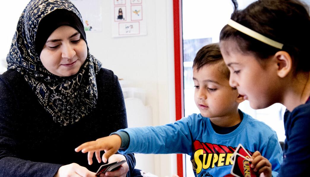 Walaa Mustafa Ghazal jobber som assistent i barnehagen, samtidig som hun tar videregående. Her spiller hun Uno med sønnen Ahmad Ayman Ouko (5) og Rimas Yahya Oko (6).