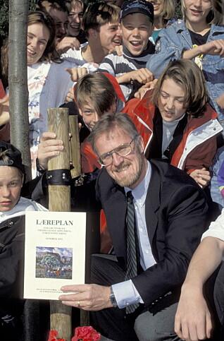 Gudmund Hernes med heftet Generell læreplan for grunnskole, videregående opplæring og voksenopplæring i hånden, ved lansering høsten 1993.