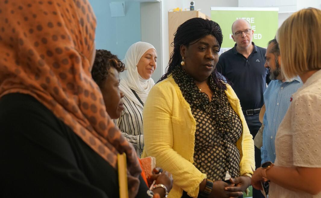 Språklærer Lynn Mado stiller opp frivillig for å undervise i engelsk.