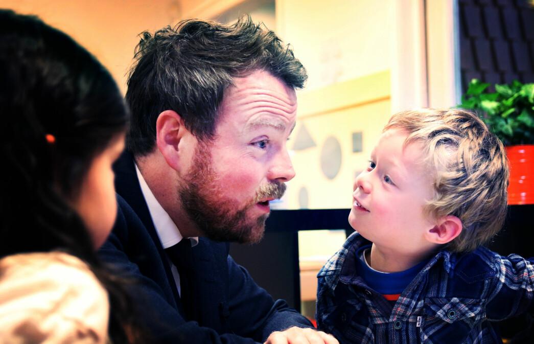 Torbjørn Røe Isaksen på besøk hos Skillebekk barneahage for å snakke om språkarbeid i 2017. Lille Jakob var mest interessert i å få statsråden med på leken.