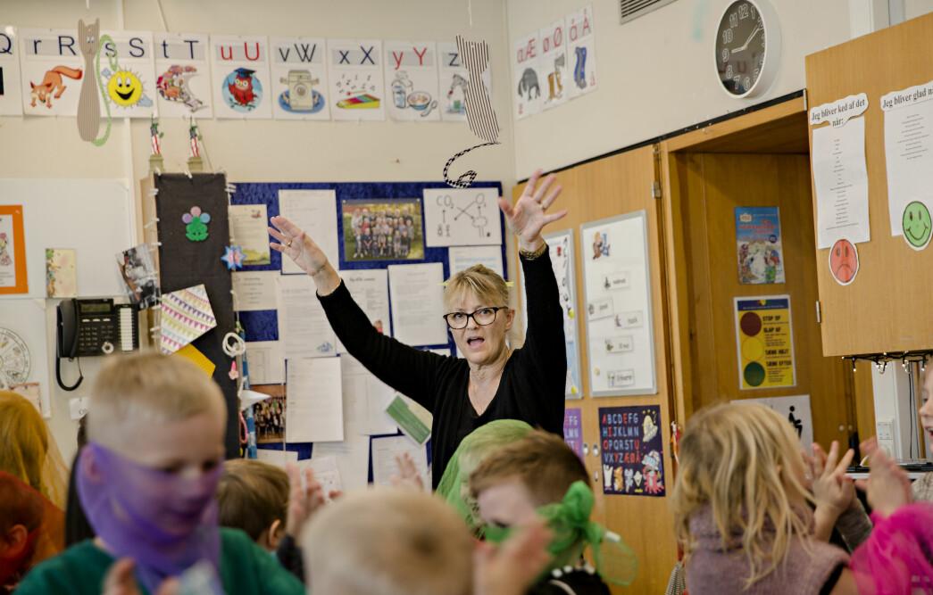 Læreren Maj-Britt Lorentzen sørger for at elevene får beveget seg i løpet av dagen.