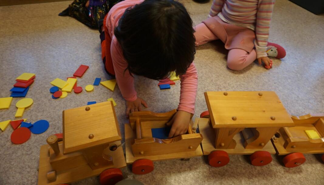 Barna sorterer klosser etter form, farge og størrelse for å få plass i togvognene.