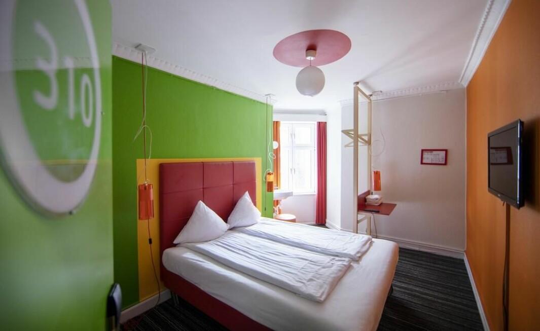 Slik ser et av rommene på Absalons Annex Hotel ut.