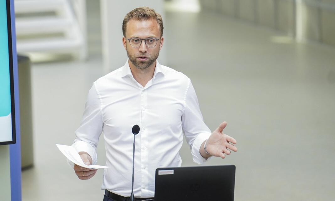 Kommunal- og moderniseringsminister Nikolai Astrup lover å dekke kommunenes ekstrautgifter til koronapandemien.