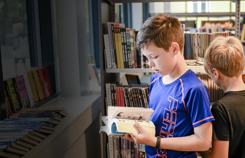 Oslo 21.08.2020 Grefsen skole, skolebiblioteket. På bildet er femteklassingene, Fredrik, Axel, Selma og Eira. Foto: Joakim S. Enger