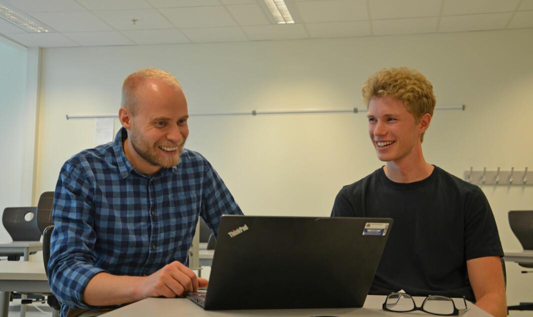 Lærer Steinar Horten bruker dataløsningen som elev Jacob Weidel har laget.