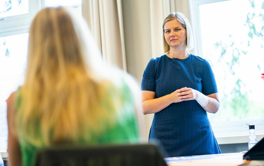 Kunnskapsminister Guri Melby (V) ser behovet for å rydde opp i usikkerheten rundt når elevene skal få undervisningsopplegg mens de er hjemme på grunn av smittevernreglene.