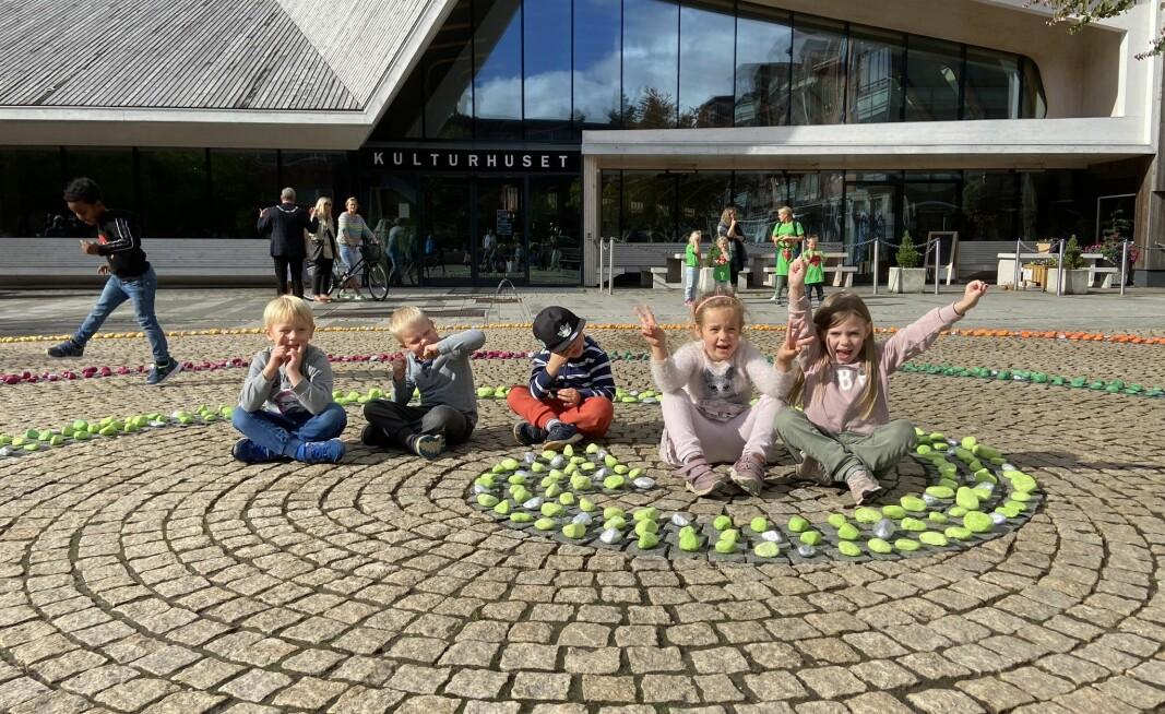 Barna i Klokkestua barnehage synes det var stas å se kunstverket ferdig i sentrum.