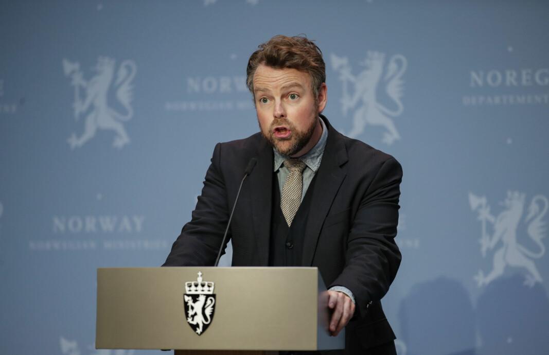 Arbeids- og sosialminister Torbjrn Re Isaksen p pressekonferanse om koronasituasjonen.