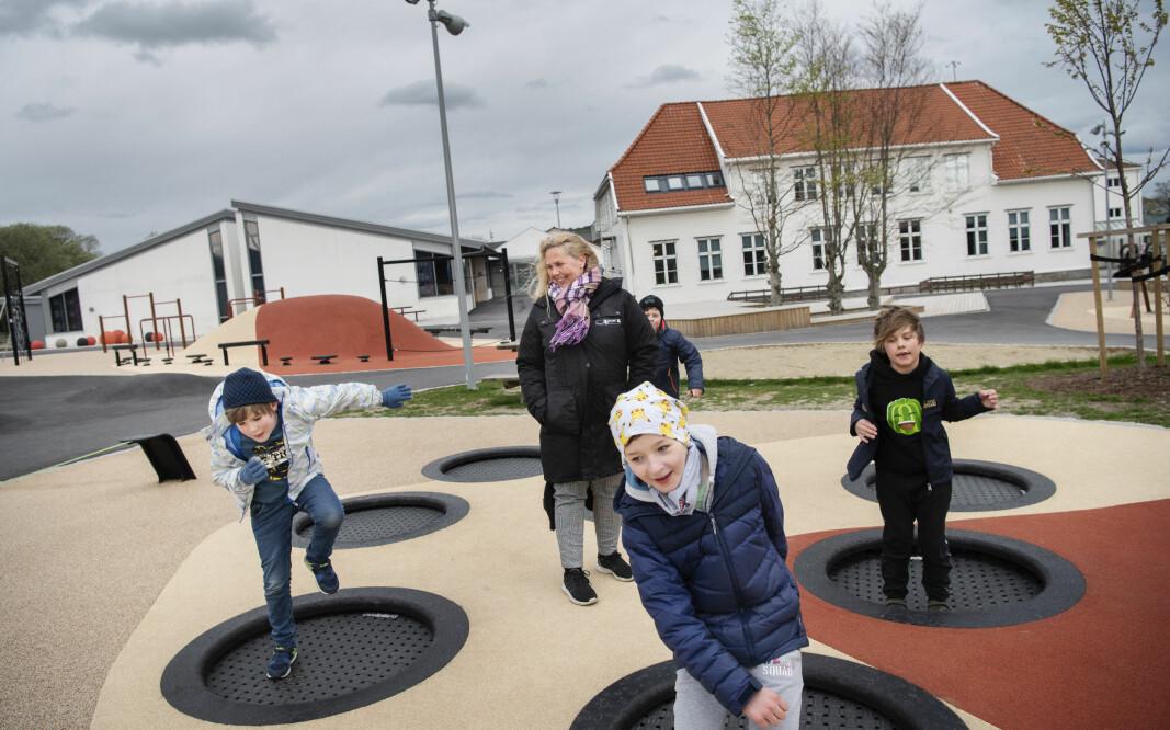 I dag har dei 30 ansatte i skulefritidsordninga ved Jåtten skole i Stavanger formell kompetanse. Her er SFO-leiar Mona G. Skaaren med nokre av barna.