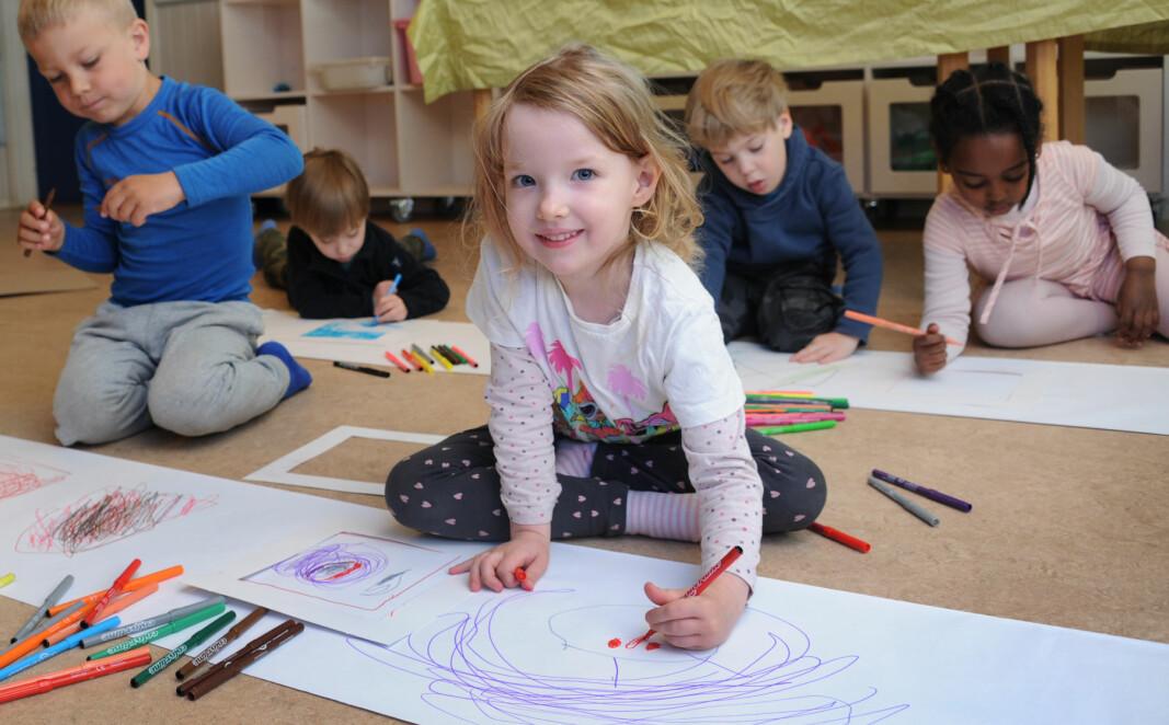 Barna i Epleskogen barnehage har fått utdelt papirrammer de kan tegne inni eller utenfor: Naemi Weldetnsae Habtom (5) (f.v.), Jens Ekaas Arntzen (4), Rebecca Crilly Iddon (4), Jakob Konieczny (4) (bak f.v.), Kasper Konieczny (4) og Hiyab Teklehaim Filmon.