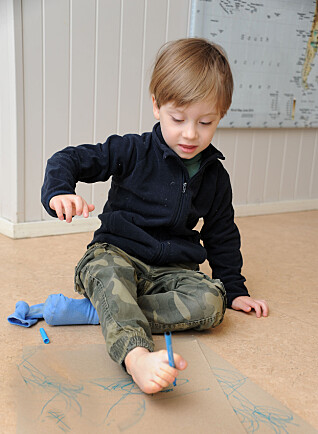NYE UTFORDRINGER: Jakob Konieczny (4) i Epleskogen barnehage synes det gøy å tegne med tærne, selv om det er ganske vanskelig.