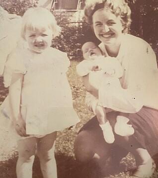 To år gamle Unni i lang, hvit kjole sammen med moren sin, Eva Marie, som leste mye for henne og lillesøsteren Anne Kristine.