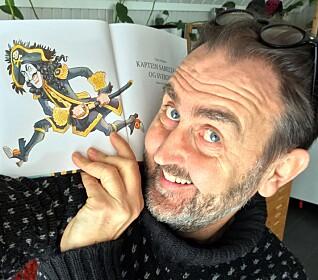 Egil Nyhus sier tvillingbroren Svein og at han fikk lov å tegne, lese tegneserier og se tv uten høykulturell innpakning er det som har bidratt til at han i dag er en kjent illustratør og pennen bak blant annet Kaptein Sabeltann.