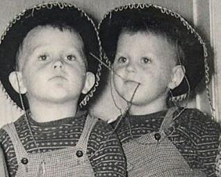 Cowboyene Egil (f.v. i midten) og Svein Nyhus vokste opp i et enkelt arbeiderhjem uten kunstneriske ambisjoner.