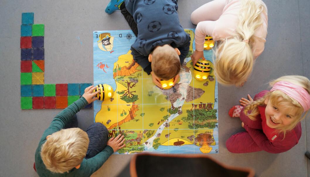 Barn i Ila barnehage leker seg med å programmere ved hjelp av Micro Bites.