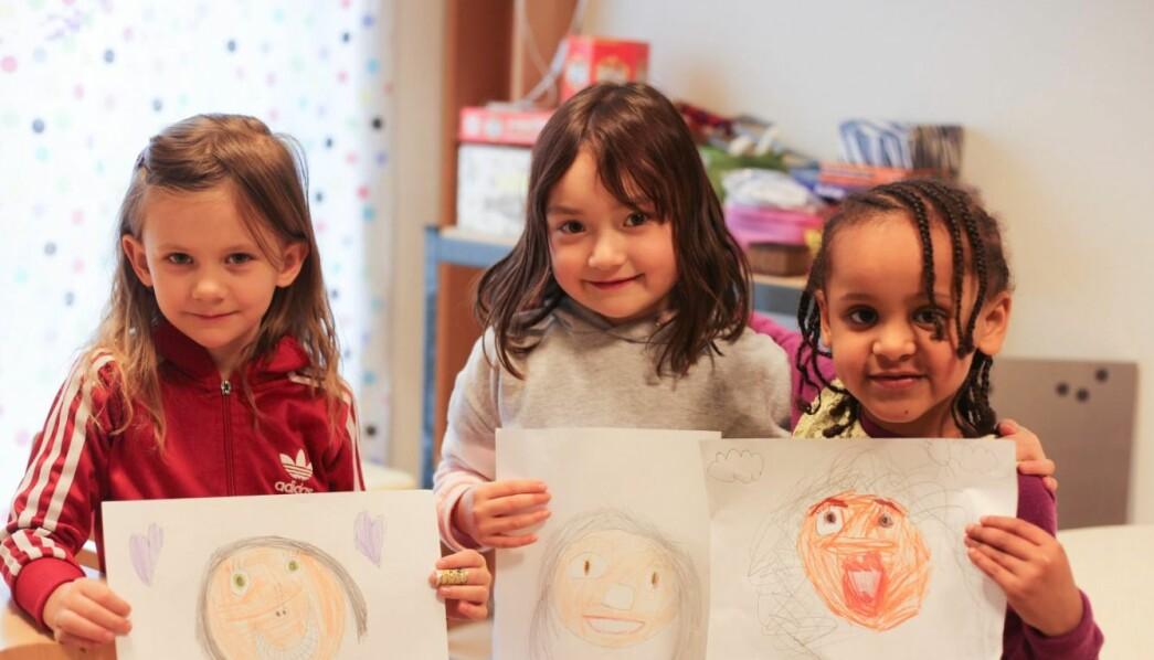 SELVPORTRETT: Tre fornøyde jenter med portretter av seg selv. De snakket om hvem som var lysest, mørkest og midt imellom. Her er Sonia (t.v.), Simin og Rediet.