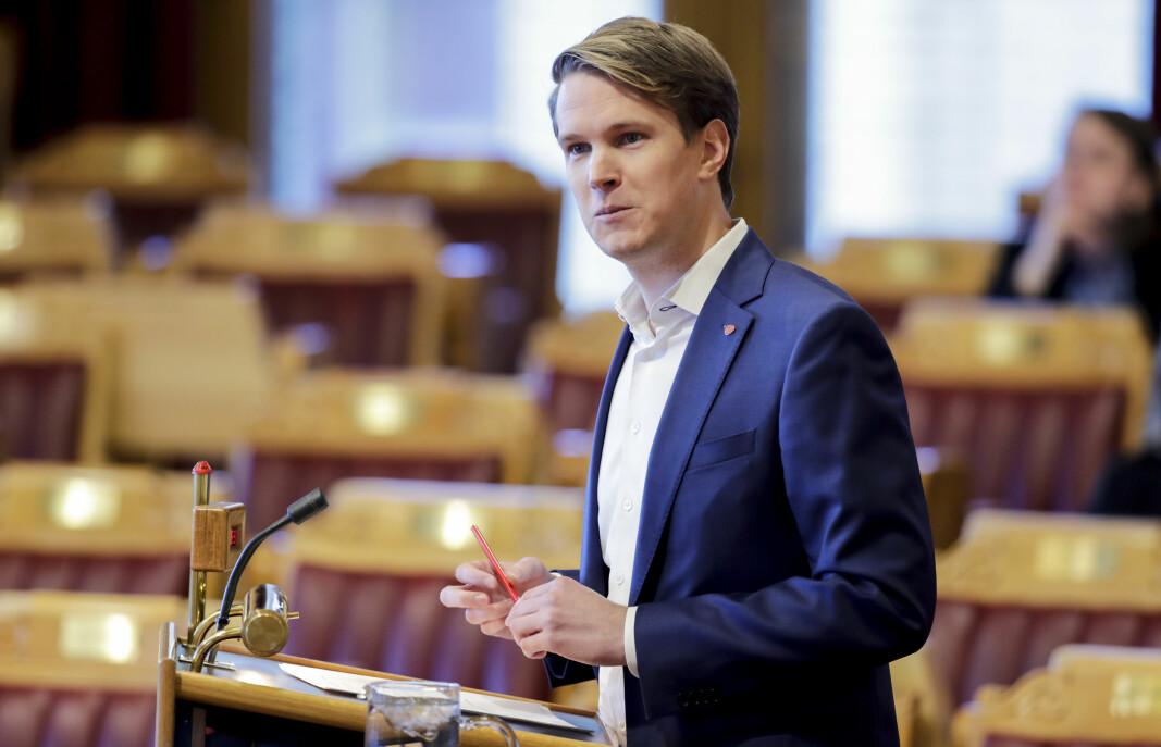 Torstein Tvedt Solberg (Ap) mener regjeringen kommer med tomme løfter i statsbudsjettet.