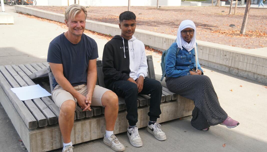 Lærer Per Vang synes det er interessant å drøfte kildekritikk med elevene Akasch Adrian Pillai og Sarah Ibrahim Mohammed.