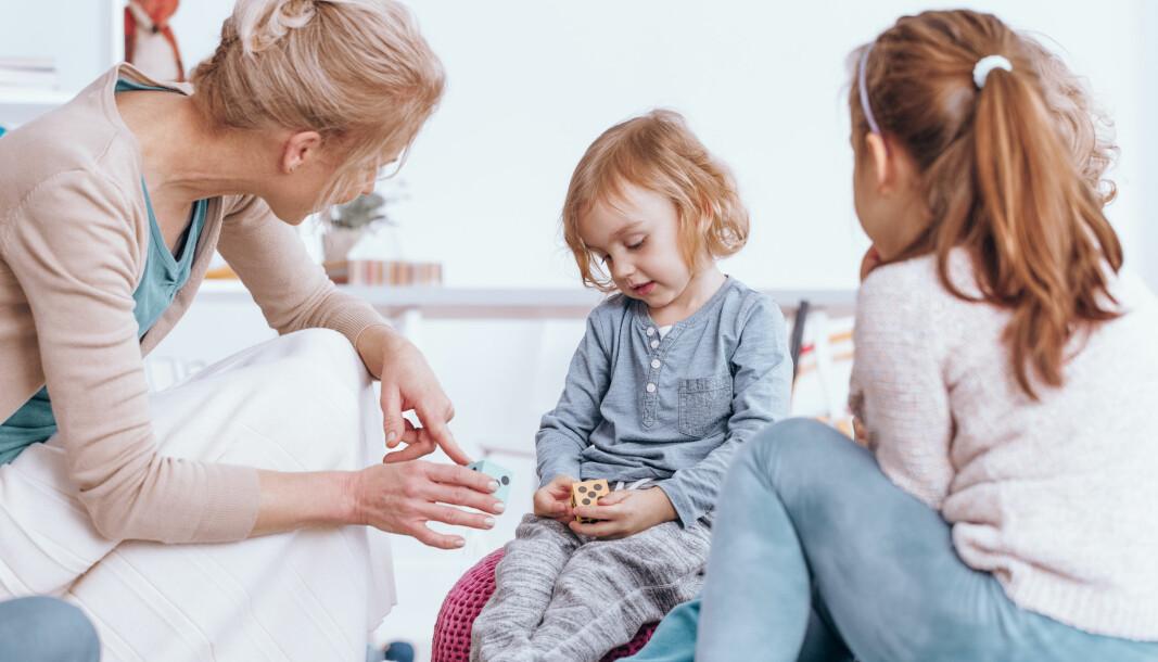 Koronatiden har ført til at vi ser de stille barna  lettere enn før, de urolige barna finner lettere roen, og barna er mer kreative, skriver Merete Hoel.