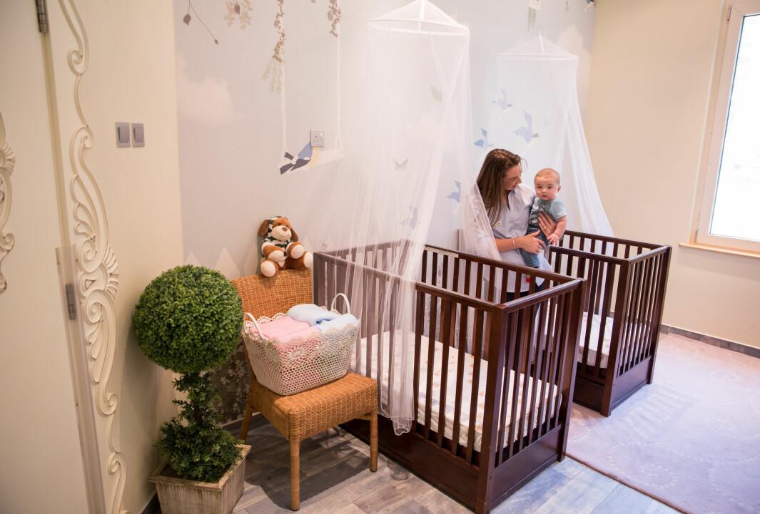 I en av Dubais mest luksuriøse barnehager, Asya's Nursery, har hvert soverom en egen sovevakt som passer på barna, trøster og sørger for at de sover godt.