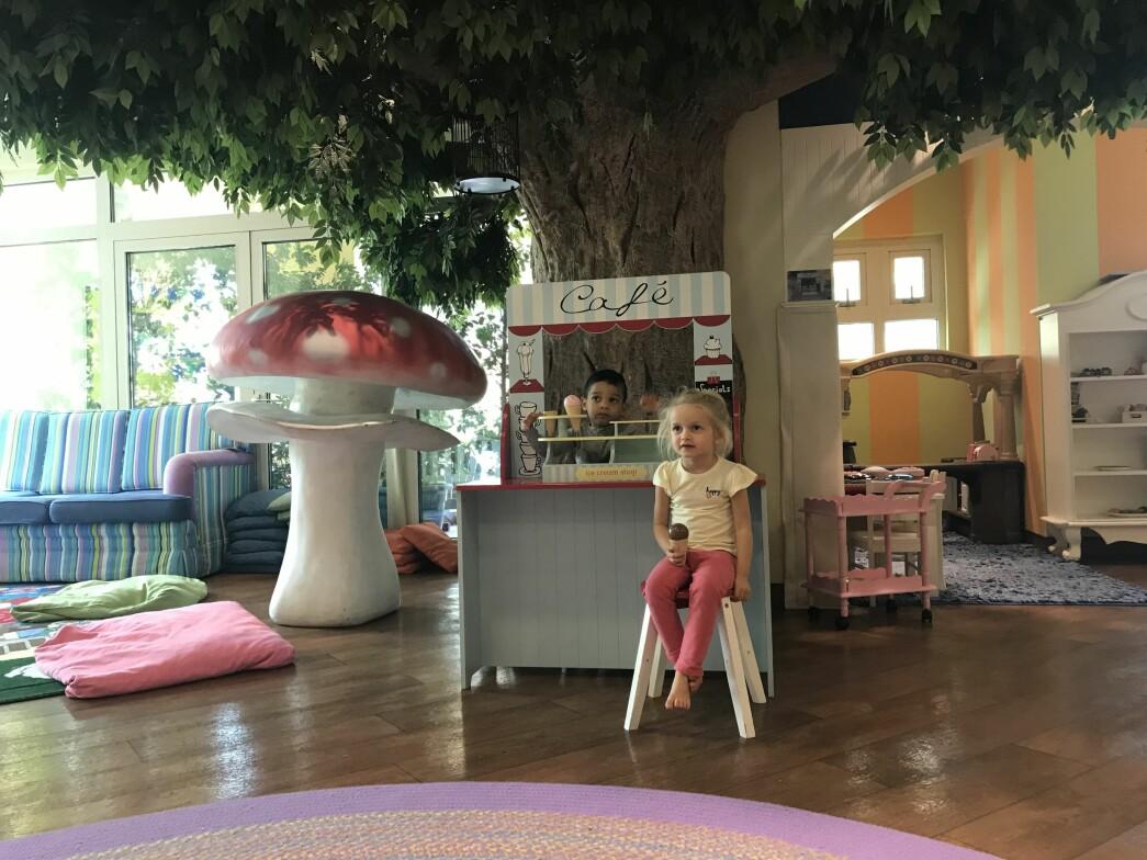 Barna i barnehagen har ikke bare luksuriøse leker, men kan også danse ballett, spille golf og delta i ulike språkklasser.