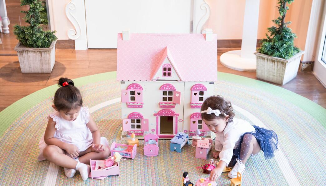 Mange av lekene er importert fra det eksklusive amerikanske møbelfirmaet Pottery Barn, som selger lekekjøkken til  6 000 kroner.