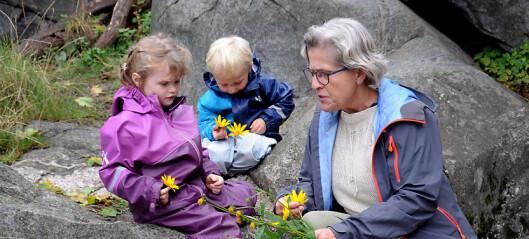Nina lærer barna å lage kunst i naturen