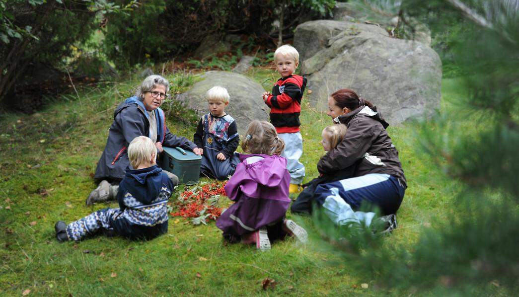 Barna har laget en fin sirkel av rognebær, og naturkunstansvarlig Nina (t.v.) sier det er på tide at Teskjekjerringa får se hva de har laget. Tallak (f.h.), Mikkel, Lykke, daglig leder Anette Heimstad Aasbø, Anniken og Herman følger spent med.