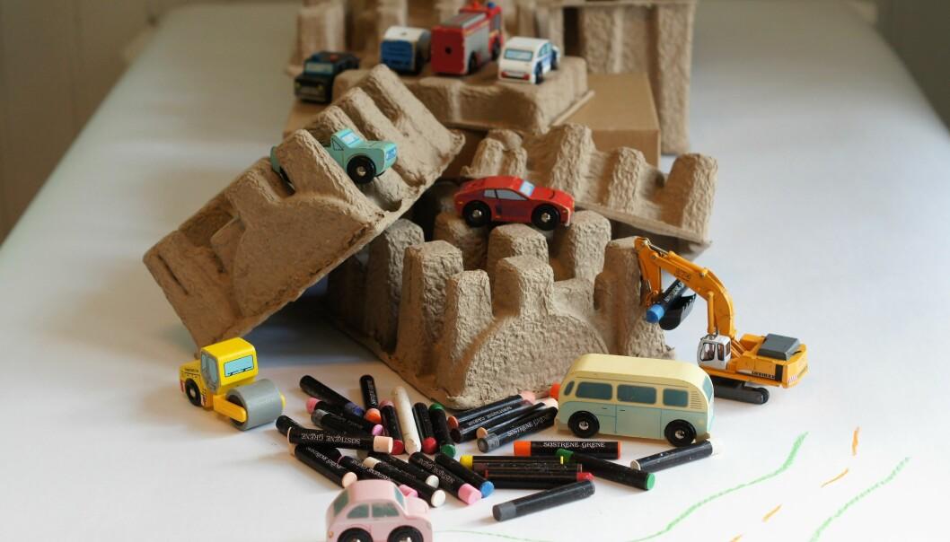 Bordene i barnehagen passer  ypperlig til å sette opp inviterende tablå. Et eksempel er å sette fram en kombinasjon av lekedeig, klosser og figurer som barna fritt kan kombinere. Et annet eksempel er en rad av biler, pappemballasje og fettfarger på et papirkledt bord. Ved å sette fram ulike typer materiell i samme tablå oppdager barna nye egenskaper ved det.