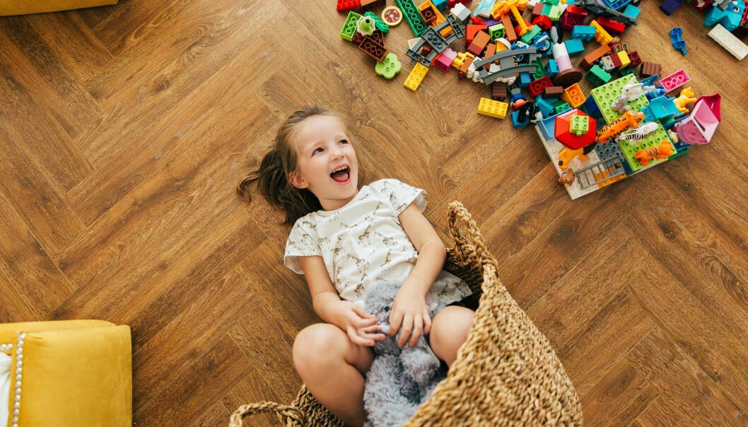 Vi må undre oss og være nysgjerrig på hva barnet skal med lekekassen. Først da kan vi oppdage nye ting sammen og få øye på barnets kreativitet, sier barnehagelærerstudent Nina Mellem Wiig.