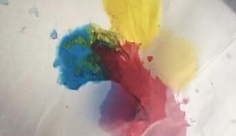 Her har vi filmet fargeblandinger på papir. Vi håper denne artikkelen kan inspirere flere barnehageansatte til å utvide og utforske digitale aktiviteter med et kunstfaglig blikk.