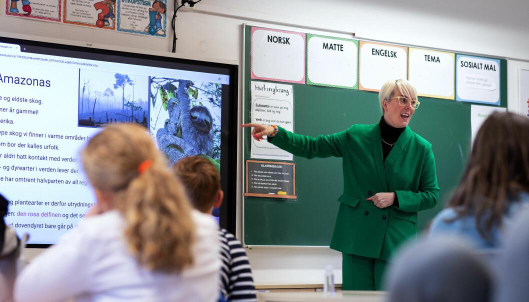 Med bilde, engasjement og maks ti minuttar blir mikroleksjonen fengande for både kontaktlærar Julie Hole og elevane.