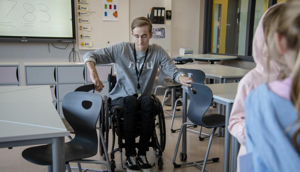 Litt trangt er det i klasserommet. Men Morten Mygg, som elevene kaller ham, klager ikke. Han suser rundt overalt.