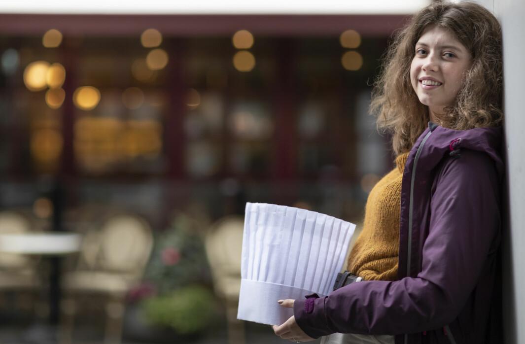 Frida Udnesseter utenfor sin gamle arbeidsplass Brasserie France i Oslo. Koronakrisen gjør at hun nå velger bort kokeyrket.