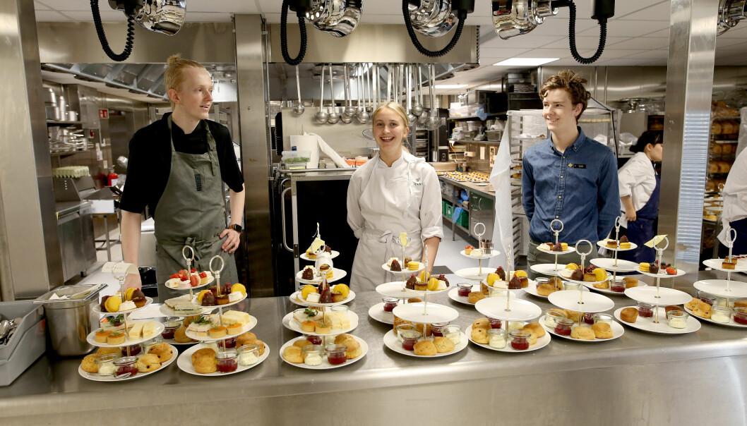 Kokkelærling Leon Nilsen, konditorlærling Ingvild Jansen og servitørlærling Tor Espen Ovesen på kjøkkenet på Brittania.
