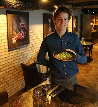 Servitørlærling Tor Espen Ovesen må blant annet passe på at han ikke snufser inne i restauranten, noe som kan være vanskelig for en pollenallergiker.