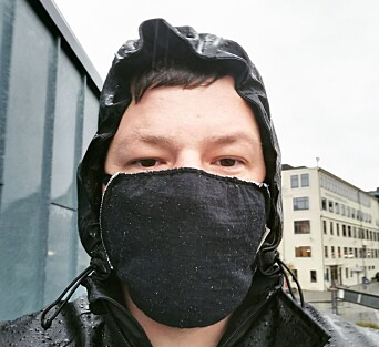 Christian Lomsdalen med masken på.