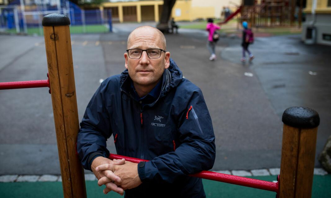 Leder i Utdanningsforbundet, Steffen Handal mener det er vanskelig å forstå at ikke smitteverntiltakene også strammes inn på skoler og i barnehager.