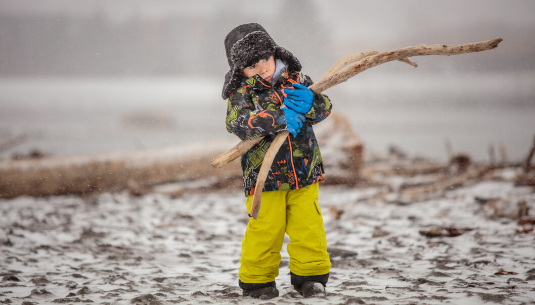 UTFORSKER: Forming med de yngste i barnehagen handler om å utforske og eksperimentere med materialer, ikke lage formingsprodukter. Det handler om å bli kjent med materialer, å undersøke hva materialer gjør i verden, og om egne materielle spor, ifølge artikkelforfatteren
