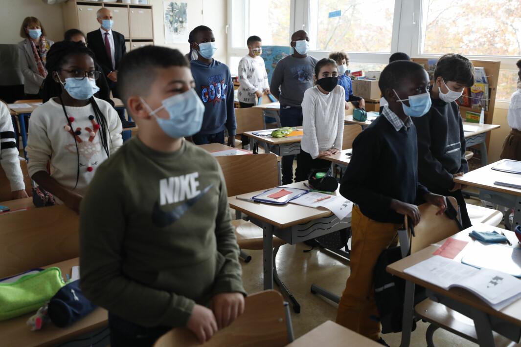 Skoler over hele Frankrike hedret den drepte læreren Samuel Paty med et minutts stillhet - her fra en skole i Strasbourg.