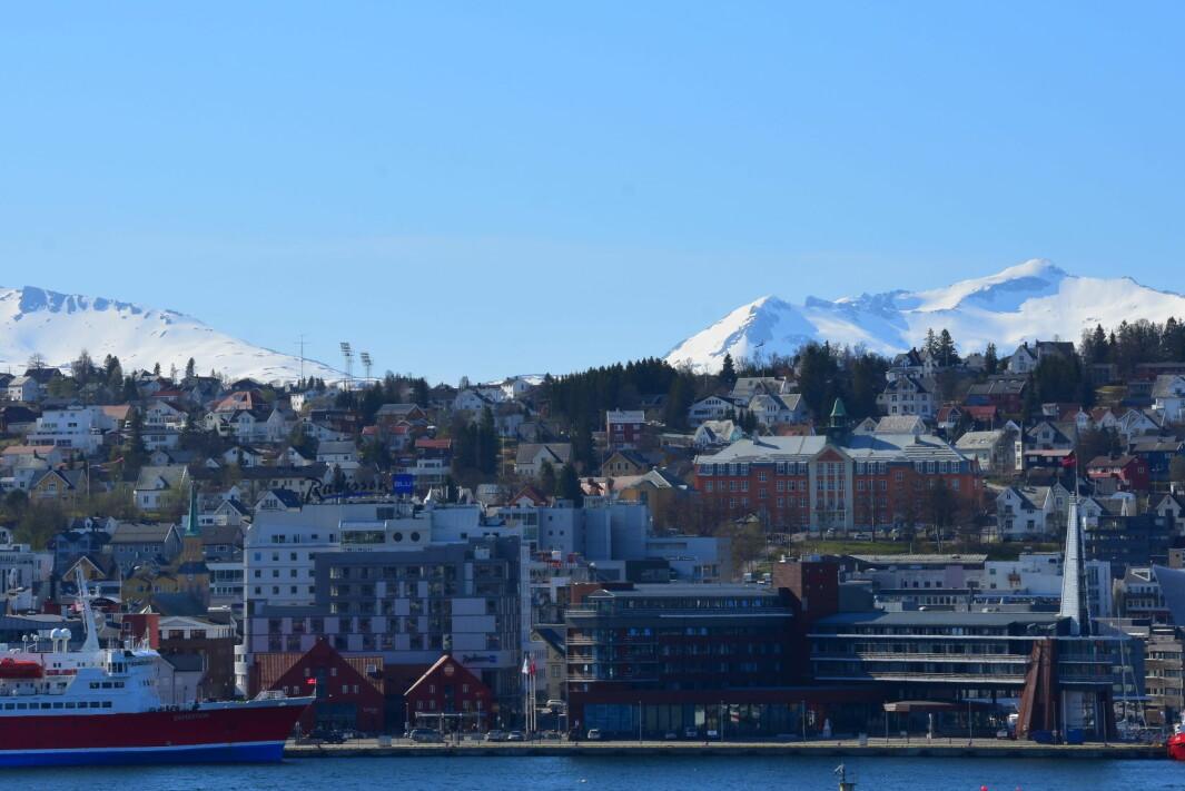 Kongsbakken videregående skole er den oransje bygningen til høyre i bildet.