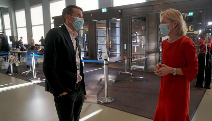 Byrådssekretær Tarjei Helland og direktør i Utdanningsetaten Marte Gerhardsen tar de nye smittevernreglene på alvor.