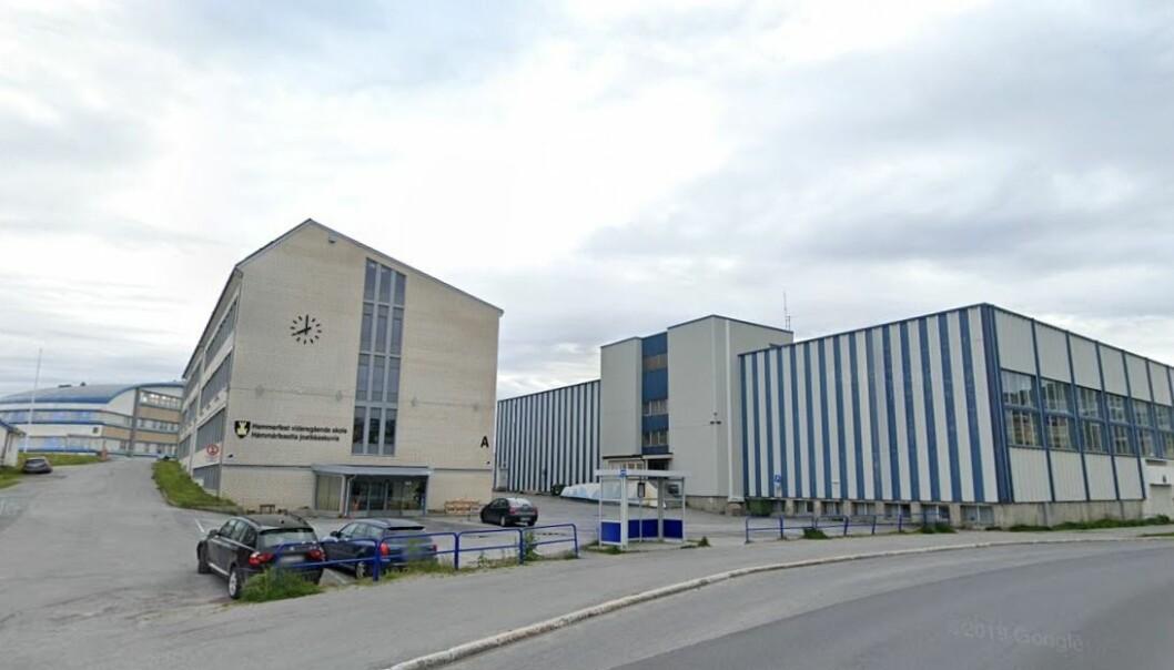 Hammerfest vgs og alle de andre skolene i Troms og Finnmark innfører hjemmeundervisning fra mandag. Det er Utdanningsdirektøren kritisk til.