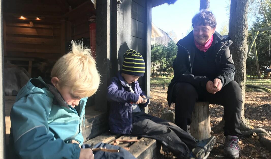 Theodor og Heine Andreas i femårsklubben spikker under trygg veiledning av Hilde Mariann Avdal (61). - Jeg elsker jobben min, sier hun.