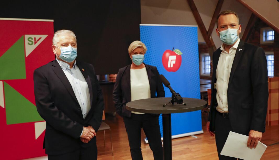 SV-leder Audun Lysbakken (t.h.), Frp-leder Siv Jensen og  forbundsleder Jan Davidsen i Pensjonistforbundet (t.v.) på pressekonferanse i Stortinget.