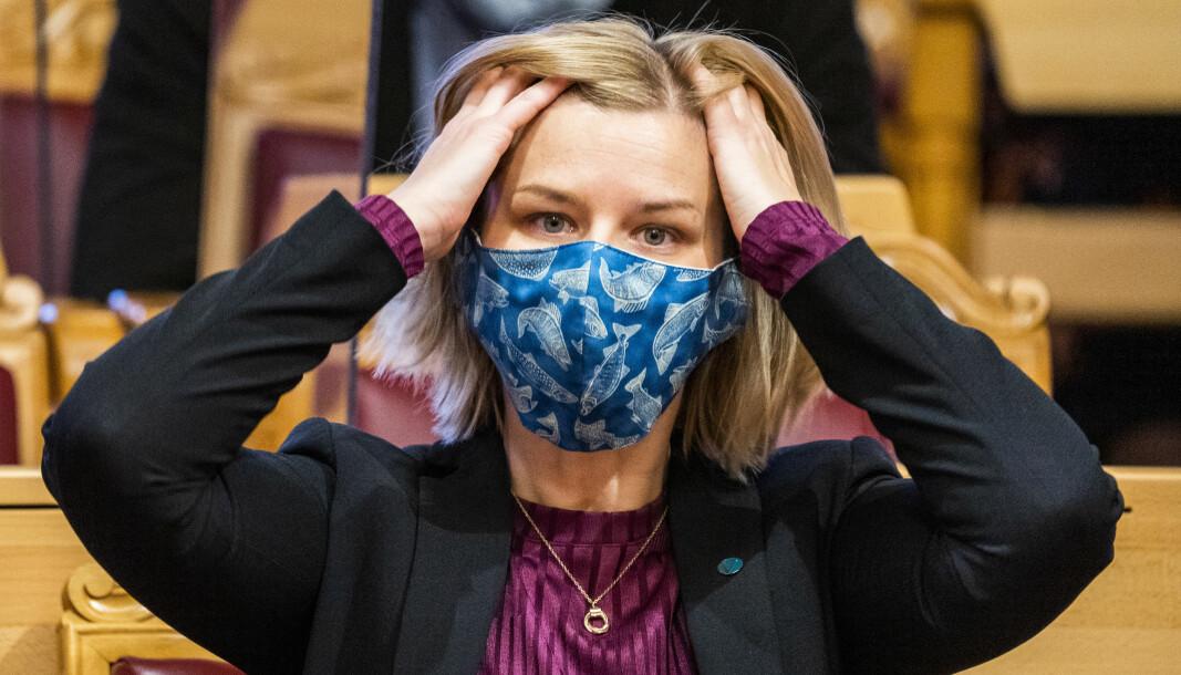 Kunnskaps- og integreringsminister Guri Melby (V) ordner håret før Stortingets muntlige spørretime onsdag.