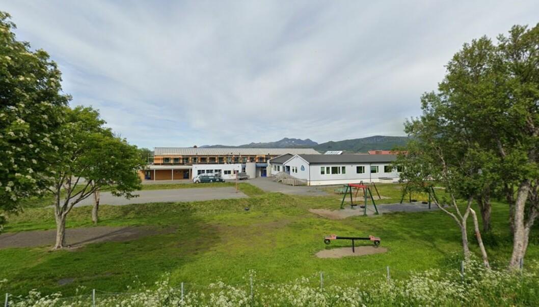 Tomme skolegårder, slik som her på Buksnes skole i Lofoten, bør være unntaket. Rødt nivå bør ikke vare i mer enn 14 dager, slår en ekspertgruppe fast.
