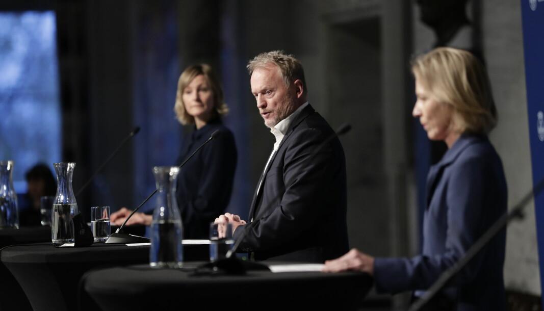 Byrådsleder Raymond Johansen med byråd Inga Marte Thorkildsen og Marte Gerhardsen på mandagens pressekonferanse.